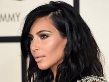 Make-uploze Kim K. maakt verwarde indruk op concert Kanye