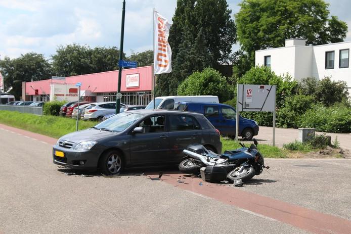 Zowel de auto als de motor liepen schade op door het ongeval.