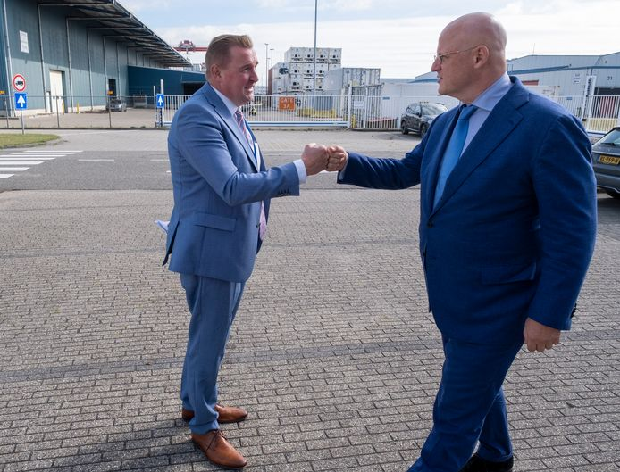 Minister Ferd Grapperhaus wordt in Vlissingen  ontvangen door Gerben Dijksterhuis, burgemeester van Borsele en voorzitter van de Havendriehoek.