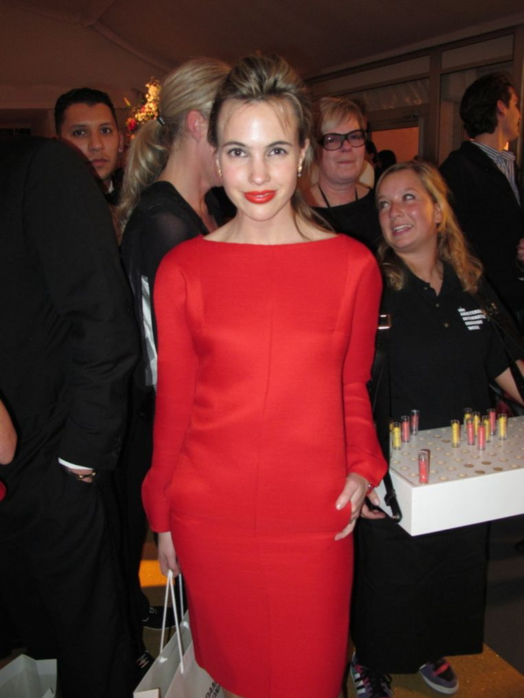 Schrijfster Sophie van der Stap draagt een jurk van modemerk Sophie.  <br /><br /> Beeld null