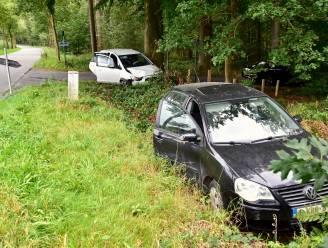 Auto's botsen op landelijk kruispunt: één bestuurder lichtgewond