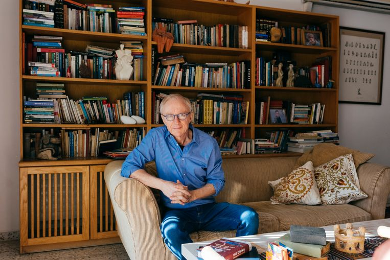 David Grossman thuis in Jeruzalem. Beeld Jonas Opperskalski / laif