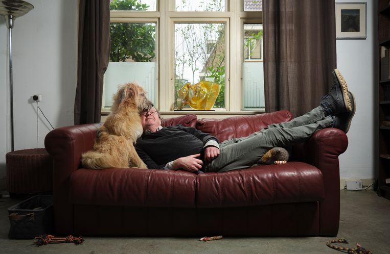 Lévi Weemoedt (71, pseudoniem van Izaäk van Wijk) met zijn hond Rex (bijna 1).  Beeld Erik Smits