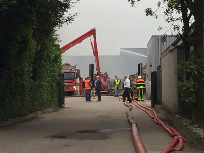 Brand bij Huiskes Metaal Tilburg. Burgemeester Noordanus (midden) laat zich informeren.