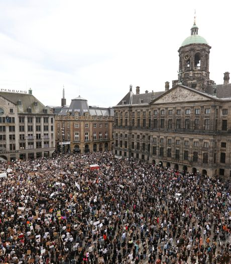 Duizenden demonstranten tegen politiegeweld: Dam in Amsterdam bomvol