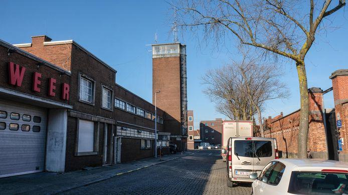 Elk jaar investeren alle 14 gemeenten uit de Fluvia-regio samen 3 miljoen euro om die investeringen in de nieuwe brandweerkazernes te dragen. Dit is de oude kazerne in de Rijkswachtstraat Kortrijk.
