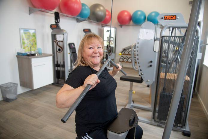 Cindy Niks, terwijl ze een oefening aan het doen is.