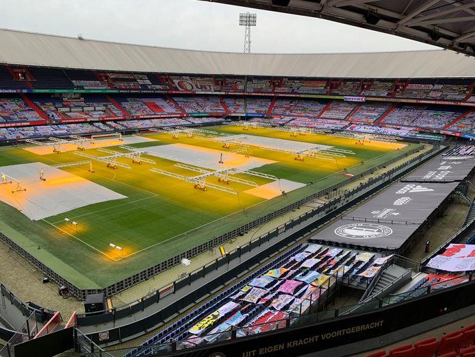 De Kuip is voor supporters nog verboden terrein, maar de tribunes liggen nu bijna vol met spandoeken.