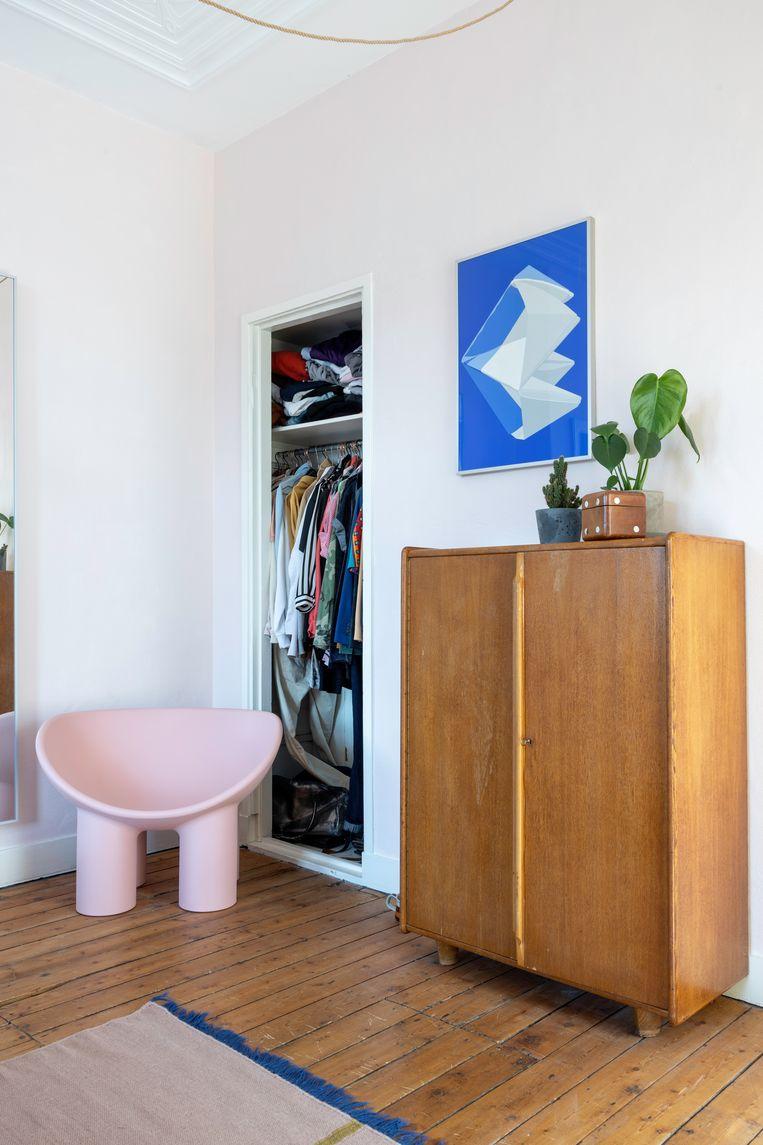 De slaapkamer krijgt een vrolijke twist door de Roly Poly-stoel van Faye Toogood en de felblauwe 'feltplant' van het Nederlandse duo Wandschappen. Beeld Henny van Belkom