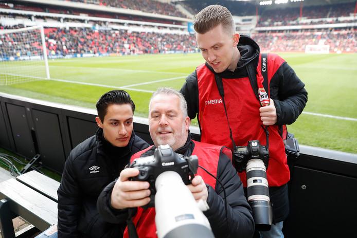 Video-man Damian van Essen (links) en Edwin en Aaron van Zandvoort, de fotografen van PSV.