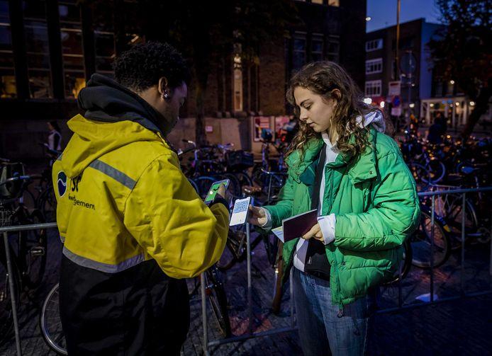 Een mobiele controlepunt op de Neude waar horecabezoekers een polsbandje kunnen halen na het tonen van hun QR code in de CoronaCheck-app
