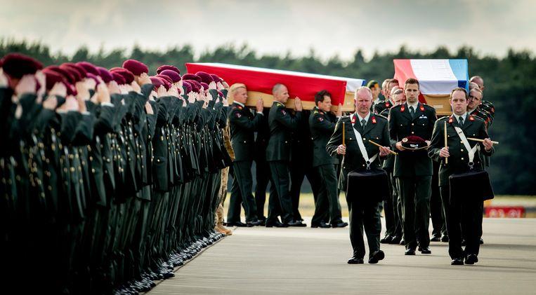 Aankomst van de lichamen van Hoving en Roggeveld op vliegbasis Eindhoven. Beeld ANP