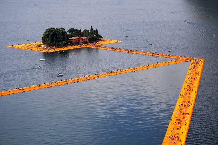 Op het Italiaanse Lago d'Iseo konden mensen over het water lopen in 2016. Beeld AFP