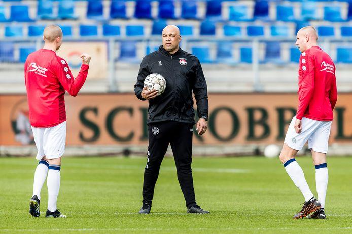 Chima Onyeike tijdens de warming-up voor de thuiswedstrijd tegen SC Heerenveen met de twee centrale verdedigers van Willem II, Sebastian Holmén (links) en Sven van Beek.