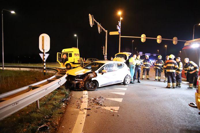 De auto belandde tegen de vangrail na de botsing met de camper bij Echteld.