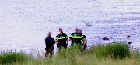Politie onderzoekt vondst van lichaam in de Waal bij Rossum