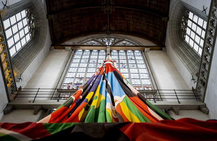 Een jurk met veel verschillende vlaggen erin verwerkt.
