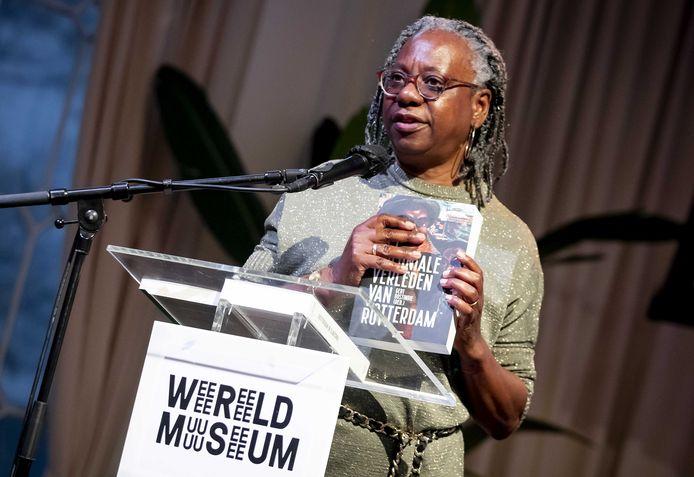 Initiatiefneemster Peggy Wijntuin tijdens de presentatie van een onderzoek naar het koloniaal en slavernijverleden in Rotterdam.