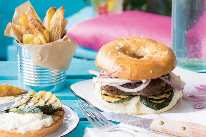 Bagelburger met zwarte knoflook & gegrilde courgette.