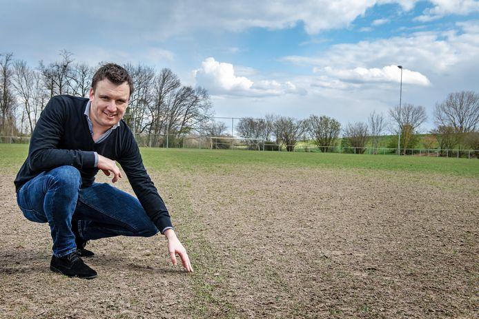 Voorzitter Bram Hofmans van Diosa toont het speel/trainingsveld: een zandvlakte met hier en daar een sprietje.