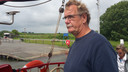 Schipper Jan Ruitenga van Linquenda II komt aan bij de haven van Tiengemeten.