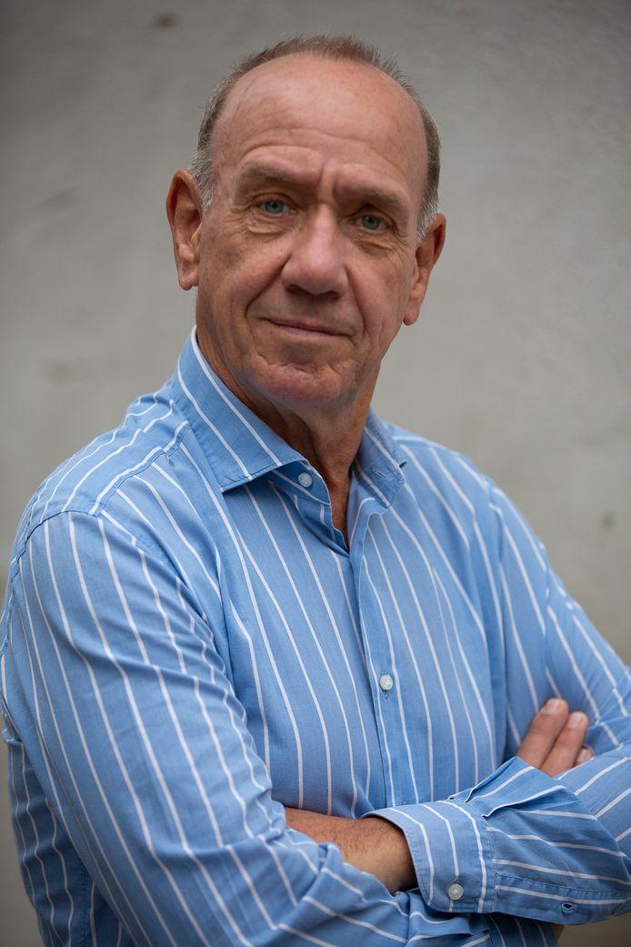 Peter Römer, bekend van de Baantjerboeken, heeft een nieuw 'a- typisch' boek geschreven: Een Meesterstuk. Het verhaal speelt zich af in Den Haag.