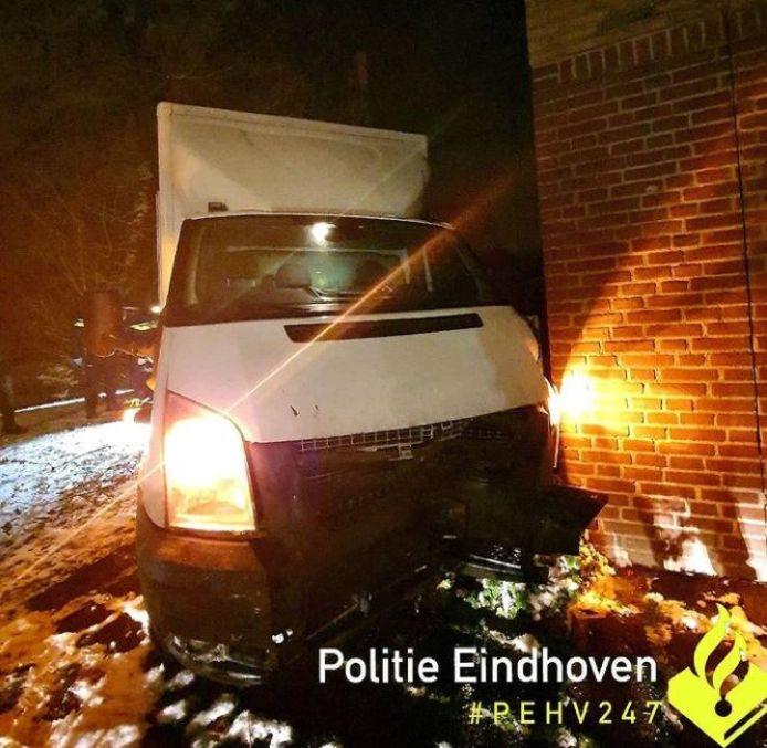 Het voertuig stopte pas na een crash tegen een appartementencomplex.