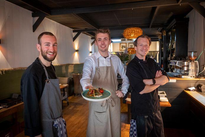 David (keuken), Favian (bedrijfsleider) en Arno (keuken) zorgen dat het nieuwe concept een succes wordt.