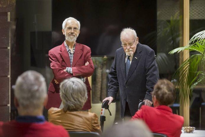 Jan Verhagen (links) en Ton Veltman namen de oorkonde in ontvangst. Foto: Bart Harmsen