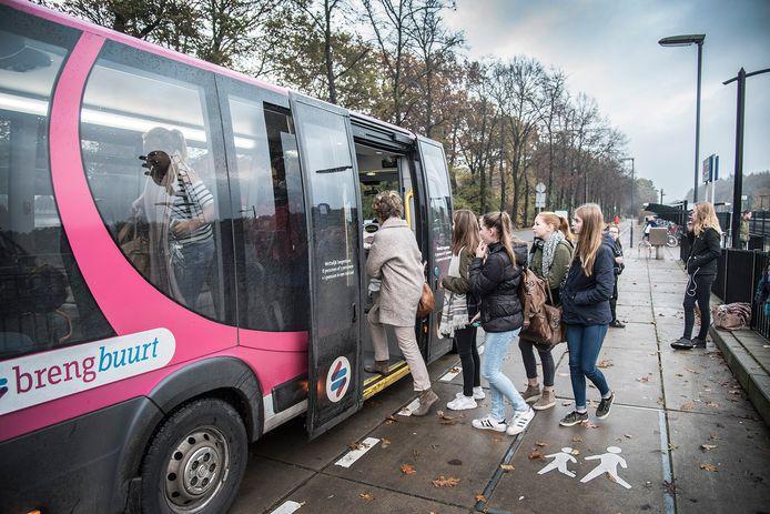 De buurtbus in 'betere tijden' bij station Molenhoek.