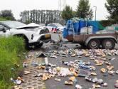 Automobilist verliest aanhanger waardoor tegenligger er tegen botst; weg bezaaid met bierblikjes