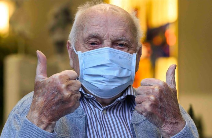 Het eerste vaccin in ons land zal vandaag gaan naar de 96-jarige Jos Hermans, bewoner van woonzorgcentrum Sint-Pieters in Puurs-Sint-Amands. Ook in Notre Dame de Stockel in Sint-Pieters-Woluwe en La Bonne Maison de Bouzanton in Bergen wordt geprikt.