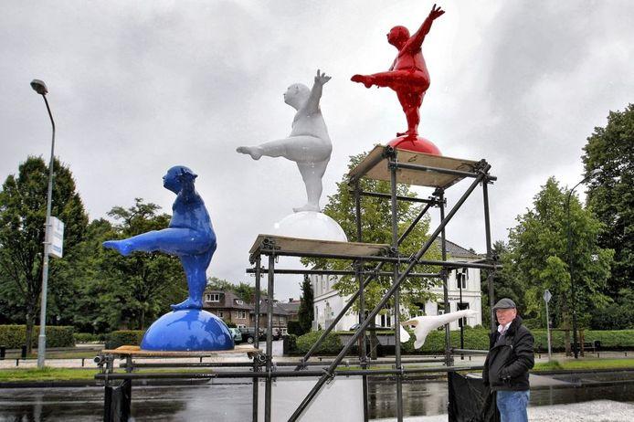 Hans Peter Nagtegaal bij zijn kunstwerk aan de Loolaan, dat zondagmorgen vernield bleek te zijn. (Foto Yvonne Pieters)