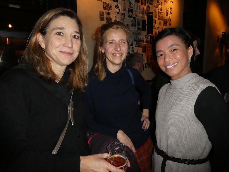 Tanja Hendriks (Ambo/Anthos), Frederike Doppenberg (Van Oorschot) en mede-verteller Sun Li, die een roman schreef over haar jeugd in een dorps-Chinees. Beeld Hans van der Beek