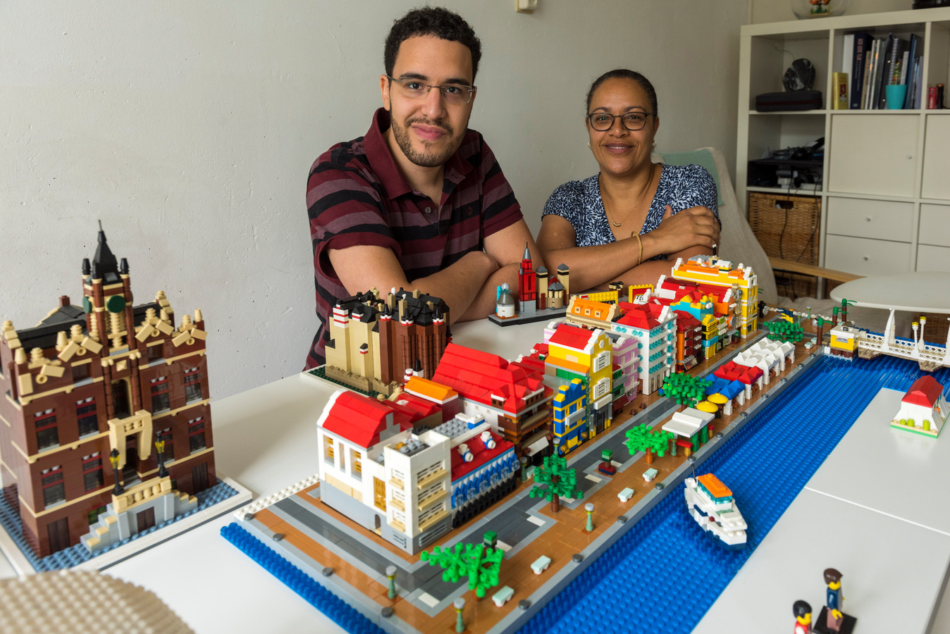 Kevin van Wijnsberge en zijn moeder Roxanne tonen trots de Handelskade in Curaçao gebouwd met  4.625 Lego-steentjes.