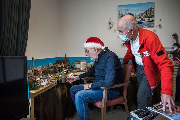 Vrijwilligers van het Rode Kruis brengen een bezoek aan bewoners van verpleeghuis Oranje Nassau's Oord, Wageningen. Beeld Arie Kiviet