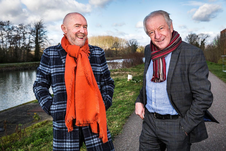De Vlaamse wielercommentatoren Michel Wuyts en José De Cauwer (rechts) in België.  Beeld Arie Kievit