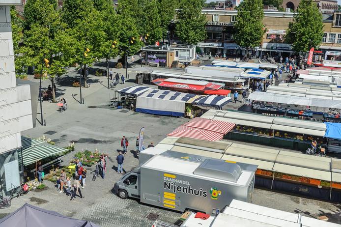 De Hengelose woensdagmarkt: een gatenkaas. Daarom krijgt deze markt een meer compacte indeling.