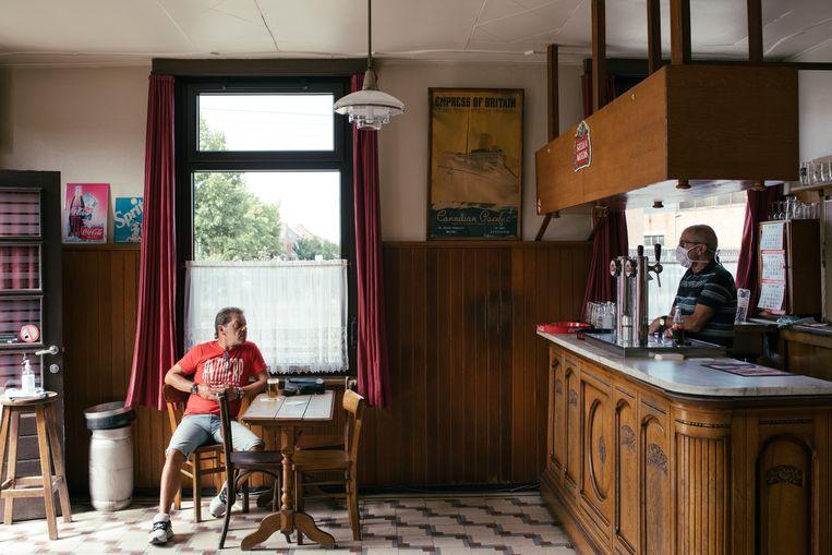 Zondagochtend in volkscafé 't Hoekske in Heist-op-den-Berg, waar voor het eerst na de eerste lockdown weer een pintje werd gedronken. Eén op twee volkscafés zou zich niet door de coronacrisis kunnen spartelen. Opgeklopte lucht, vindt uitbater Dirk.  Beeld Tine Schoemaker