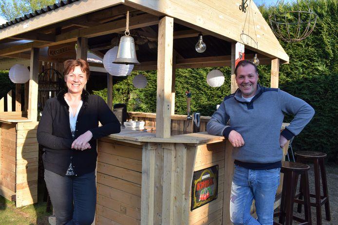 Sonia en Nico van café Regina hopen hun klanten op 8 mei met open armen te ontvangen op hun gloednieuwe binnenkoerterras.