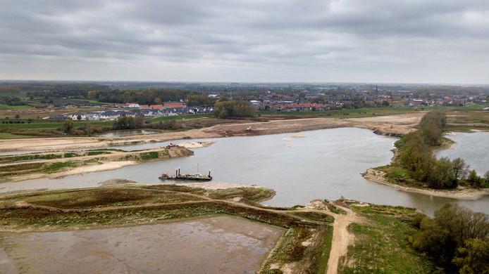 De uiterwaarden tussen Afferden en Deest veranderen in een rap tempo. Op de achtergrond ligt Druten en wijk Tichellande.