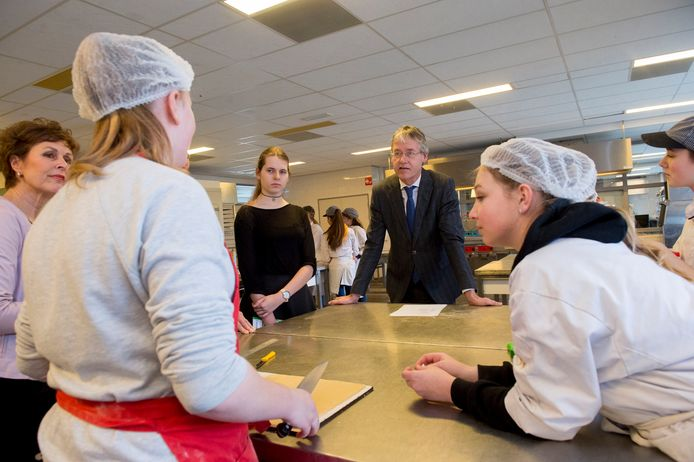 Minister Arie Slob kwam dit jaar op bezoek op het Edison College. Hij kwam onder meer kijken omdat hij benieuwd was naar de Apeldoornse campagne Trots op vmbo.