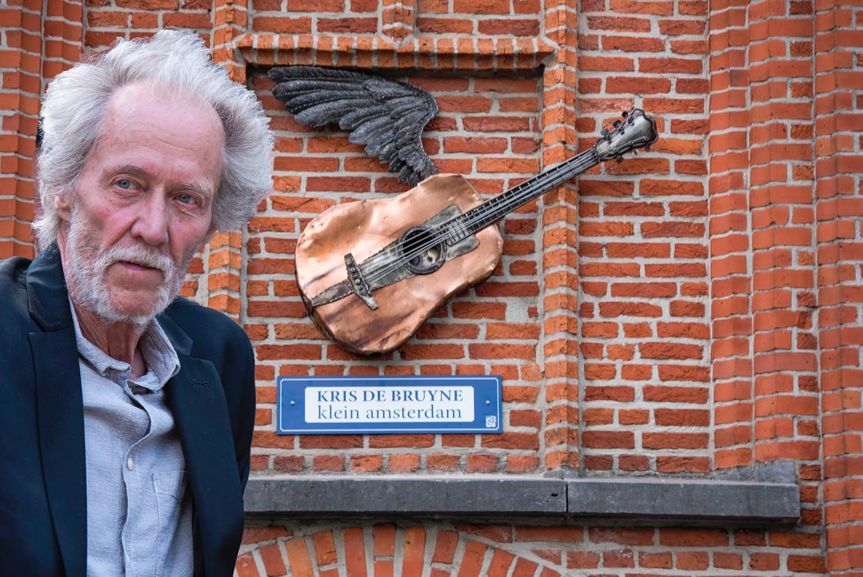Kris De Bruyne bij de onthulling van het kunstwerk op de muzikantenroute aan museum Zilverreiger in Weert in 2019. Beeld RV/ Repro David Legreve