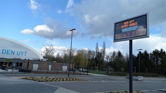 Het LED-scherm op parking Den Uyt telt af naar 31 mei.
