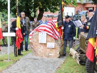 Eerbetoon aan gesneuvelde militairen bij oorlogsmonument in Zegelsem