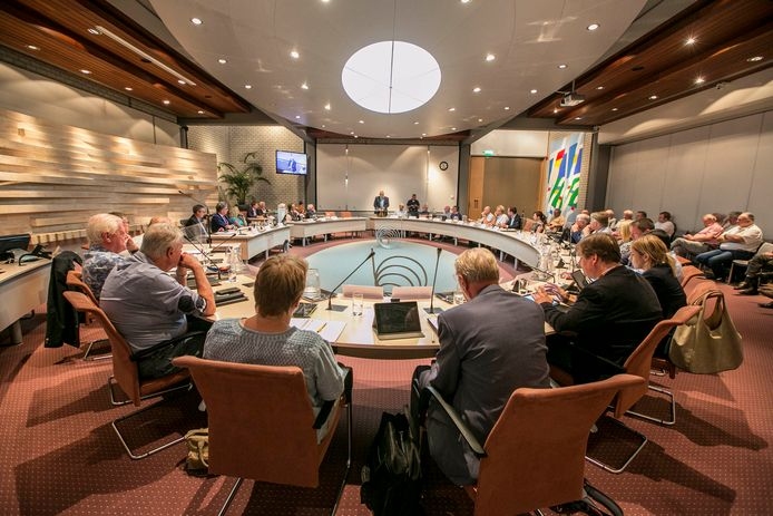 De gemeenteraad van Maassluis bijeen voor een vergadering.