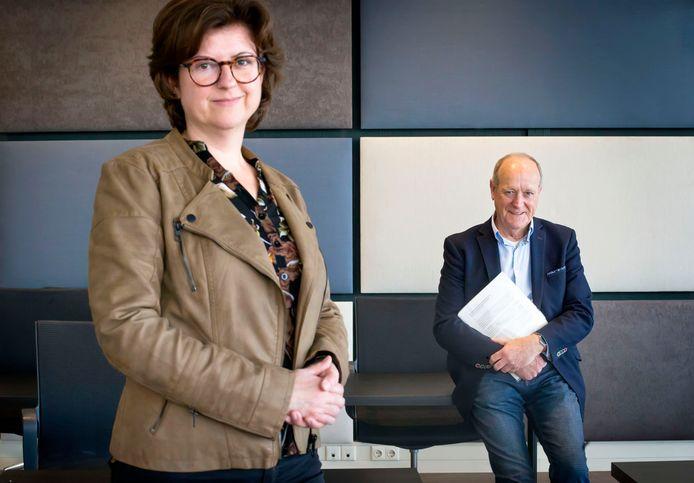 RAAMSDONKSVEER-  Dick de Cloe presenteert zijn bevindingen over de bestuurscultuur Geertruidenberg aan burgemeester Marian Witte.