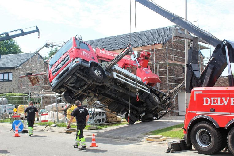De brandweer en speciale takelwagens moesten ter plaatse komen om het gevaarte weer recht te trekken.