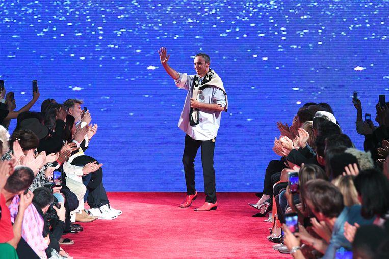Op 11 september 2018 groet Raf Simons het publiek op de Calvin Klein-catwalk in New York. Op dat moment weet hij niet dat het afscheid definitief is. Beeld AFP