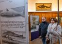 Marc De Wree (links) en Veerle Wenselaers bekijken de expositie over de walvisvaart in het stadhuis van Veere.